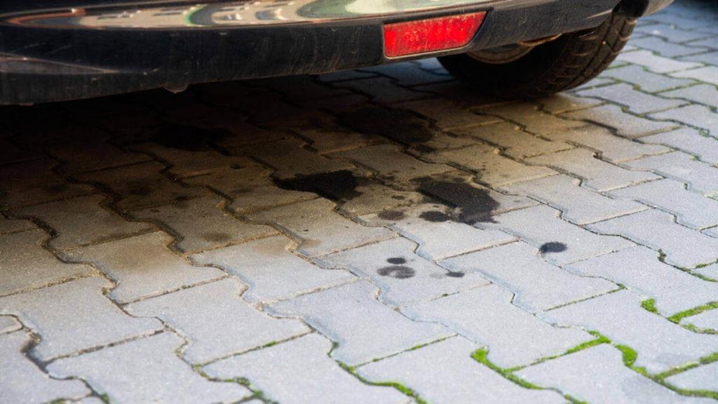 Olajfolt autó alatt
